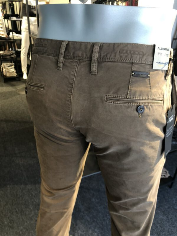 Chino bruin camel achter