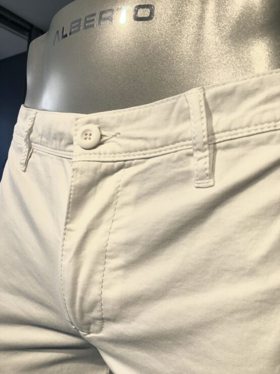 Chino wit detail voor